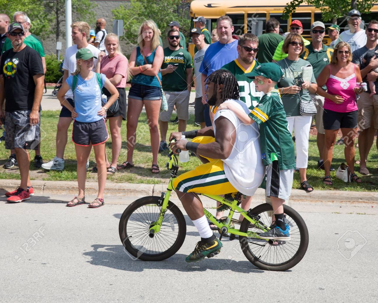 Green Bay, WI - 1 De Agosto De 2017: Aaron Jones Monta Una Bicicleta ...