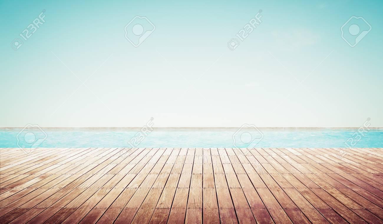 Terrasse en bois vide avec piscine belle vue latérale de la