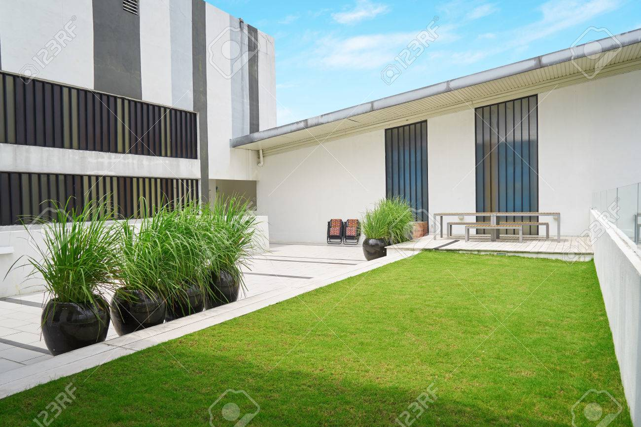 Terrasse Extérieure Avec Chaise Et Table Vide, Bâtiment Moderne ...