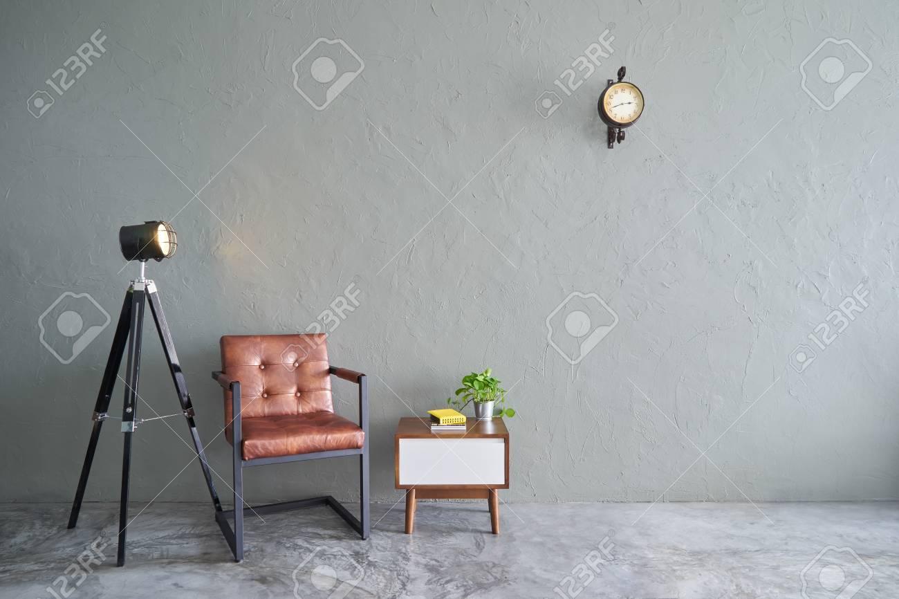 Soggiorno Moderno Con Tavolo In Legno.Immagini Stock Soggiorno Moderno Con Sedia Relax In Ferro
