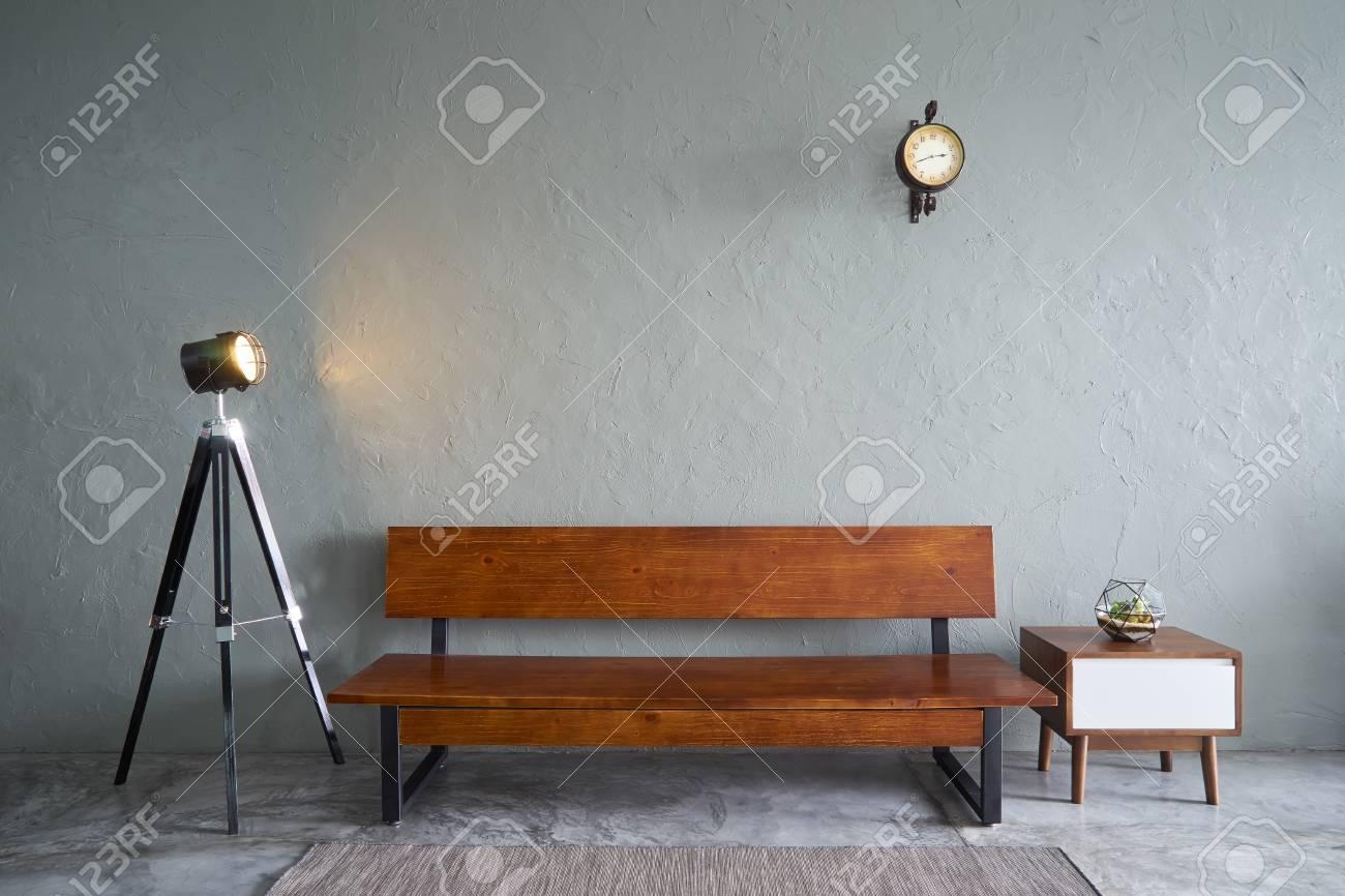 Panca Soggiorno Moderno.Soggiorno Moderno Con Divano Panca In Legno Pianta Verde Tavolo Da Te In Legno E Orologio Pavimento In Cemento E Muro Di Cemento Interior Design