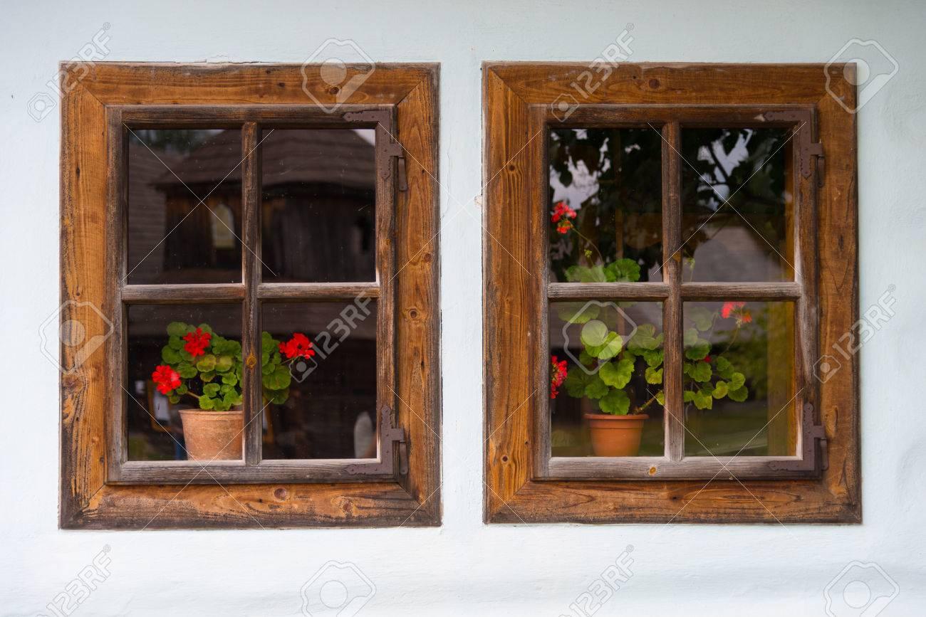 Dos Viejas Ventanas De Madera Con Decoración De Flores Fotos ...