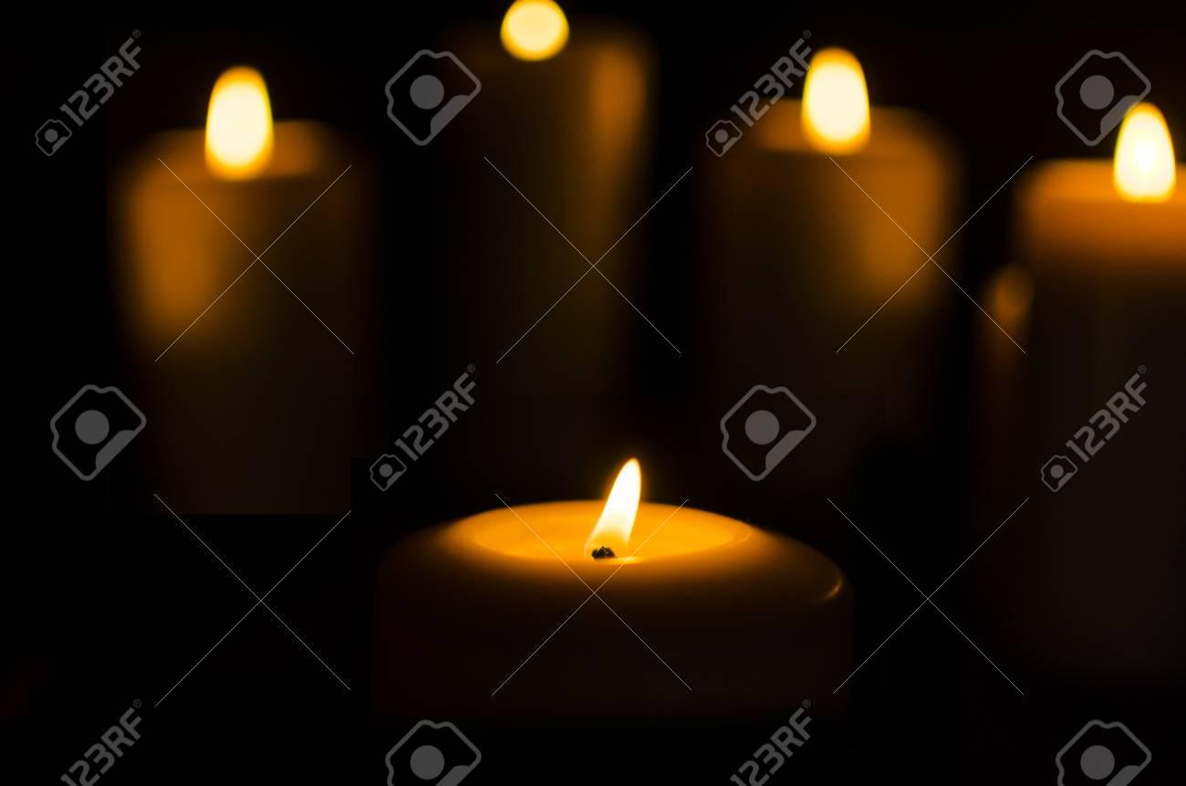 暗い黒い背景にろうそくを火します の写真素材 画像素材 Image