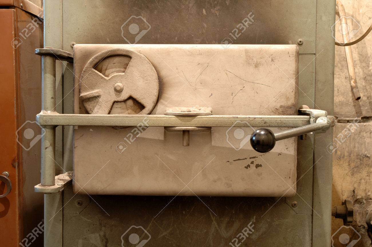 Old ovenu0027s door in old boiler room Stock Photo - 28024773 & Old Ovenu0027s Door In Old Boiler Room Stock Photo Picture And Royalty ...