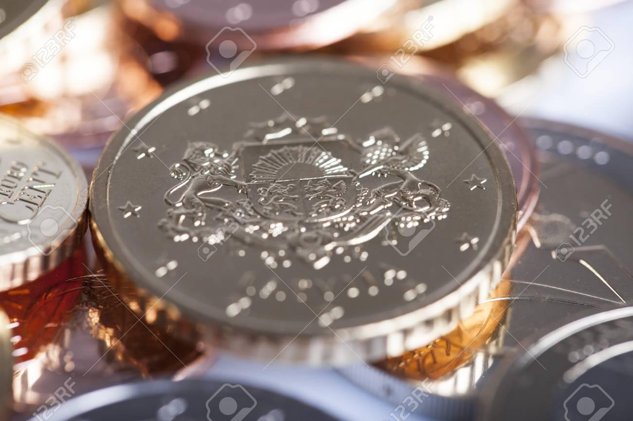 新鮮なラトビアのユーロ硬貨。 ...
