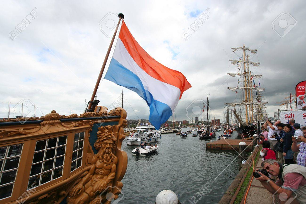 AMSTERDAM, AUGUST 19, 2010: Dutch flag on historic sailing ship at Sail 2010 in Amsterdam, Holland on august 19, 2010 Standard-Bild - 7659965