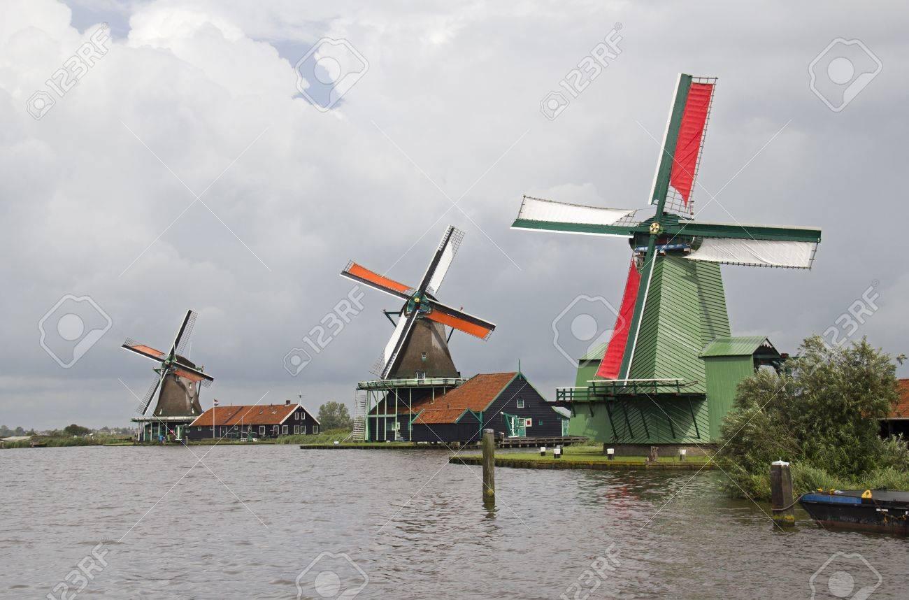 tres molinos de viento histricos en zaandam cerca de amsterdam holanda foto de archivo