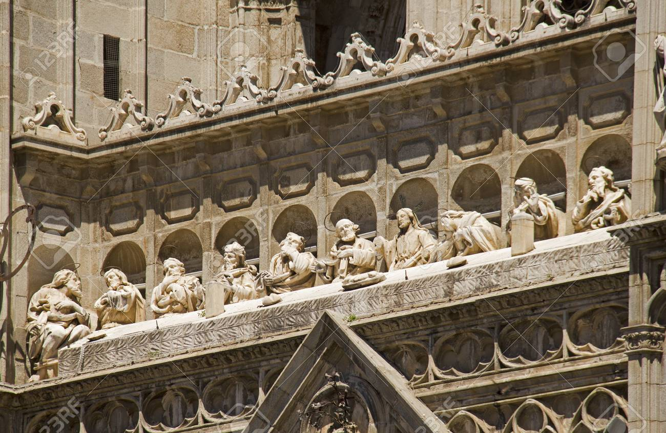 sculpture of the last supper of jesus and his disciples on the