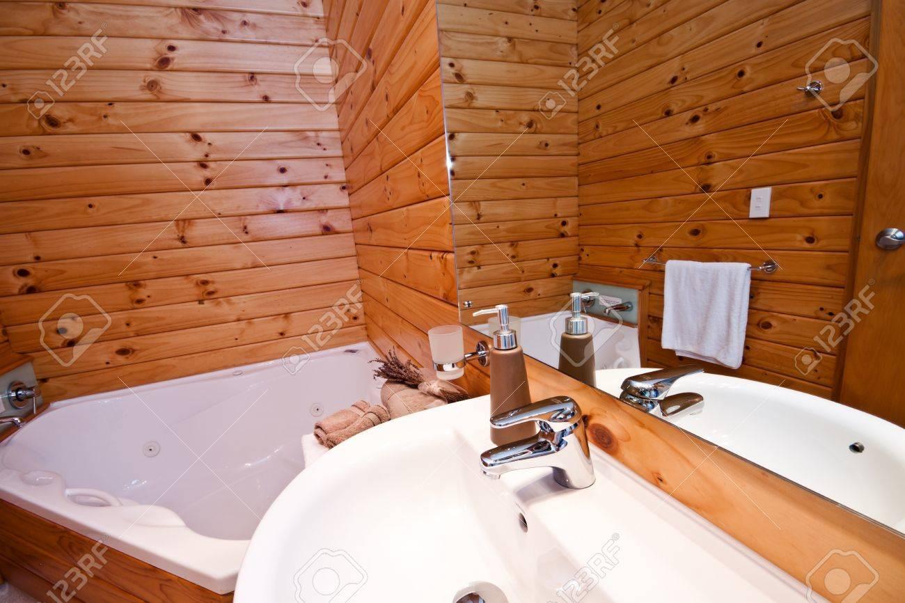 Intérieur salle de bains en bois dans chalet de montagne. Fox Glacier  Lodge, Fox Glacier, West Coast, South Island, Nouvelle-Zélande.