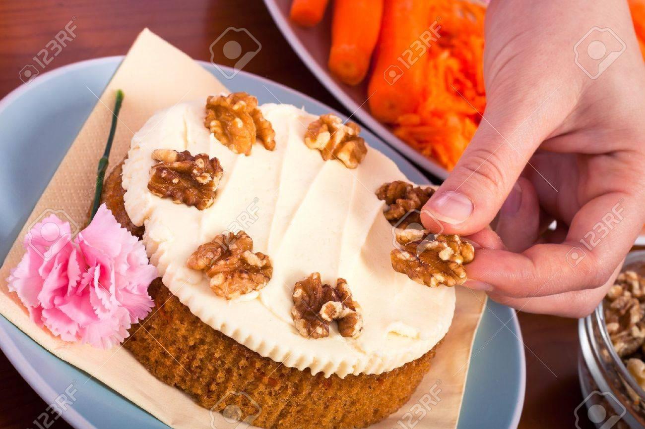 Cerca De La Decoración De Pastel De Zanahoria Con Nueces