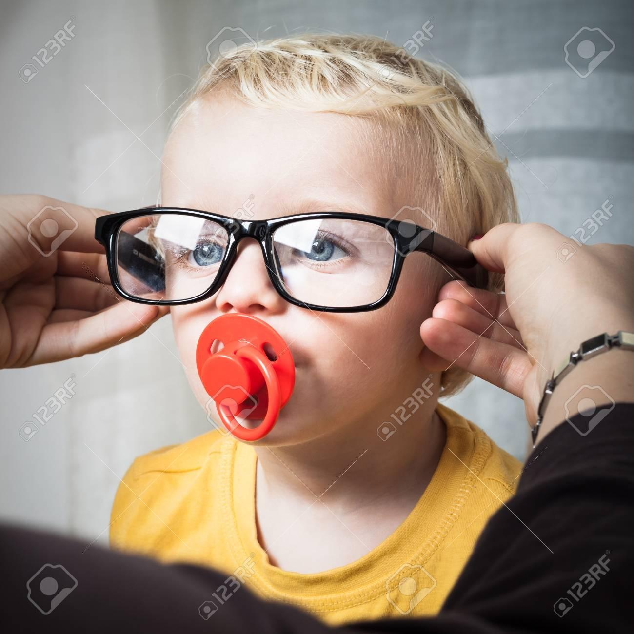 0d4d9ddaa6a06a Close-up Van Schattige Peuter Kind Jongen Draagt   een Bril. Royalty ...