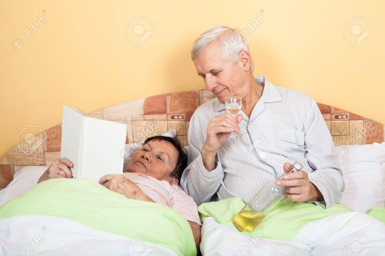 Lustige Altere Menschen Trinken Alkohol Und Frau Lesung Buch Im Bett