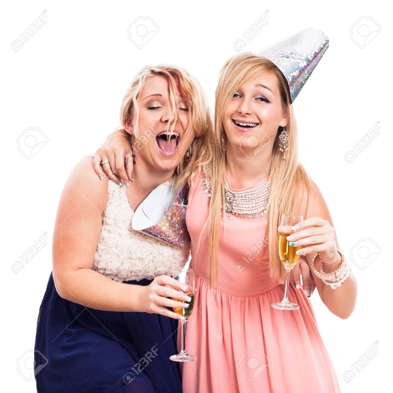 84a3e55024 Dos chicas borrachas extáticas celebran con alcohol, aislado en fondo  blanco Foto de archivo -
