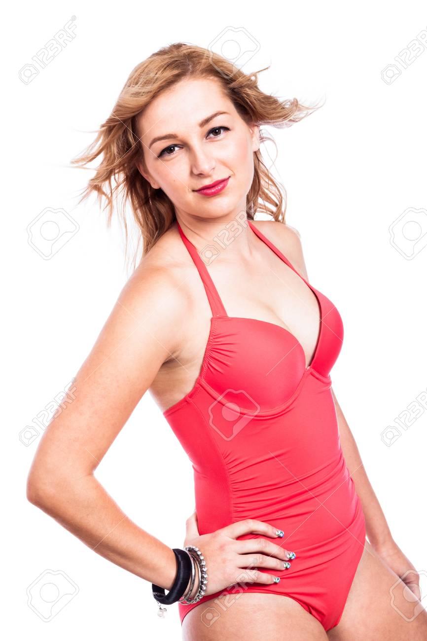 47f87e3c1 Jolie jeune fille blonde en maillot de bain rouge, isolé sur fond blanc