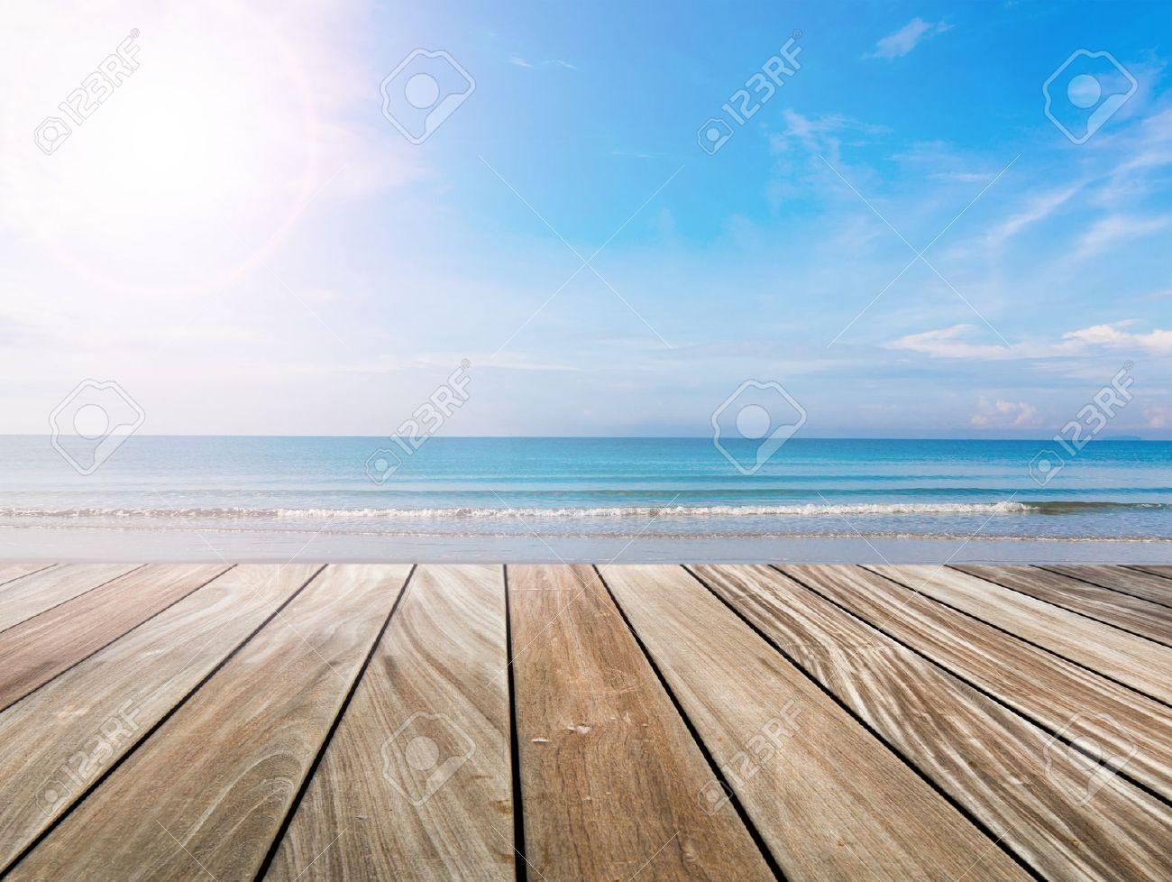 terraza de madera en la playa y la luz del sol foto de archivo