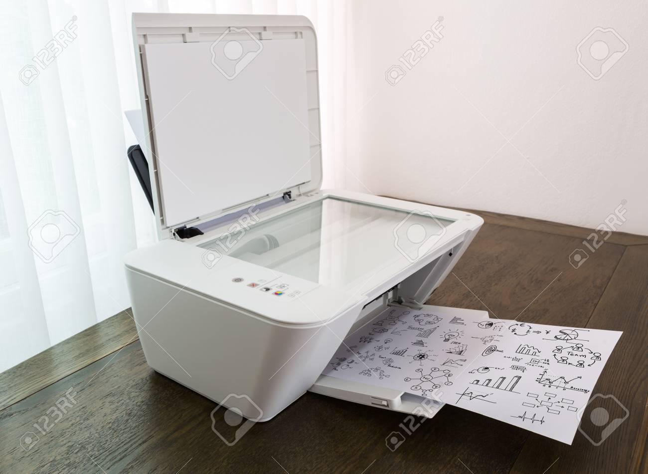 Tafel Voor Printer : Printer met financiële documenten op een houten tafel royalty