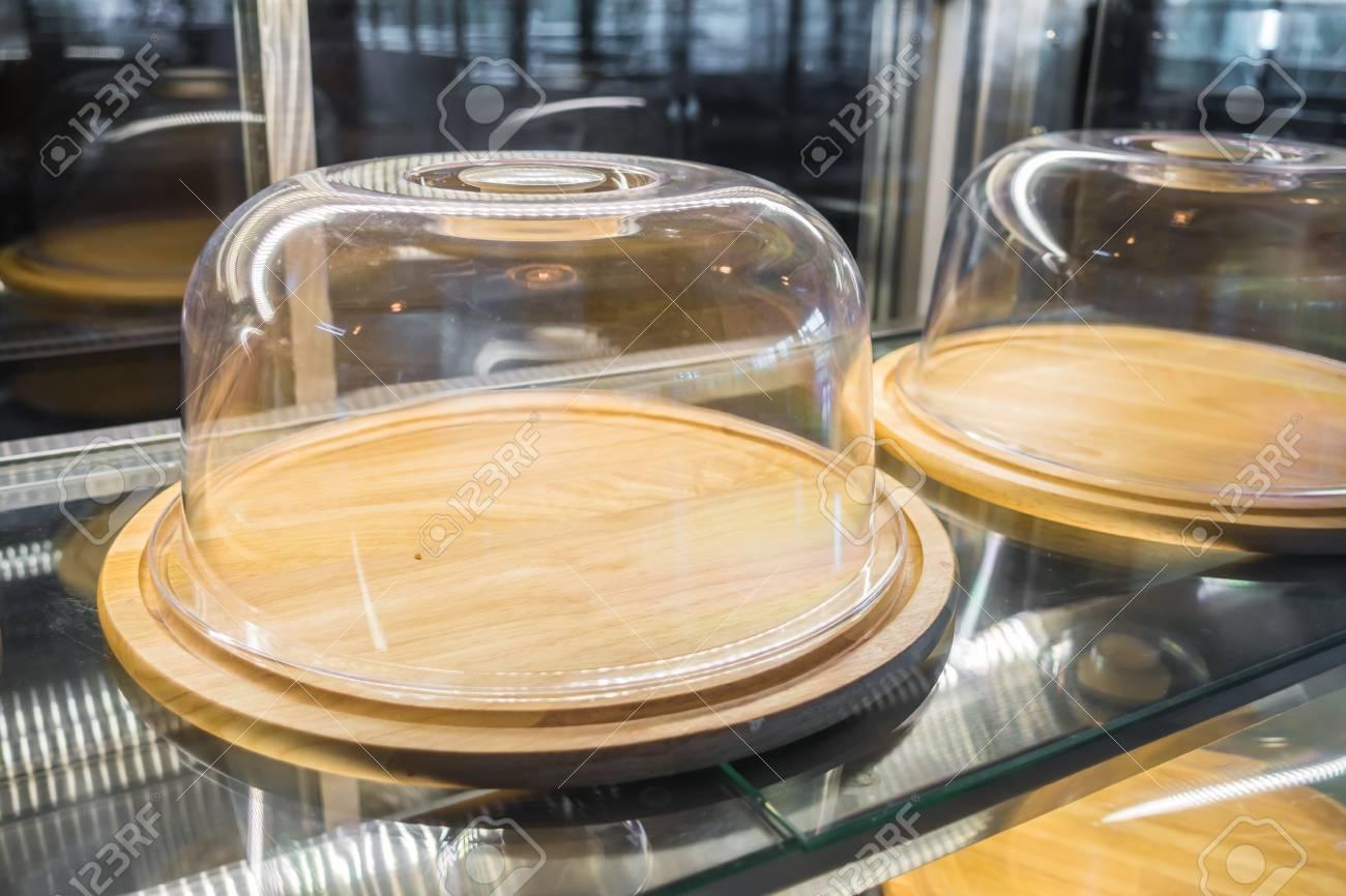 Vassoi In Legno Con Vetro : Vassoi di legno vuoti con una copertura in vetro foto royalty free