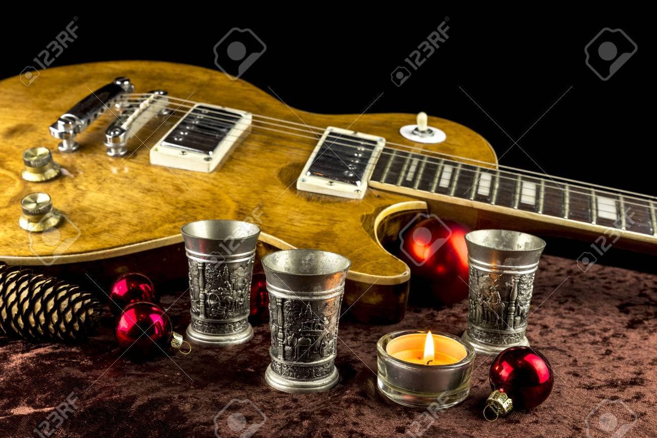 Guitarra Eléctrica Con La Taza Y La Vela De Navidad Decorado