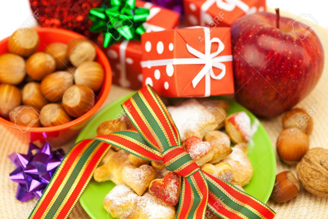 Dish, cookies, nuts, apple, bows, boxes, gifts, Christmas balls - 8299061