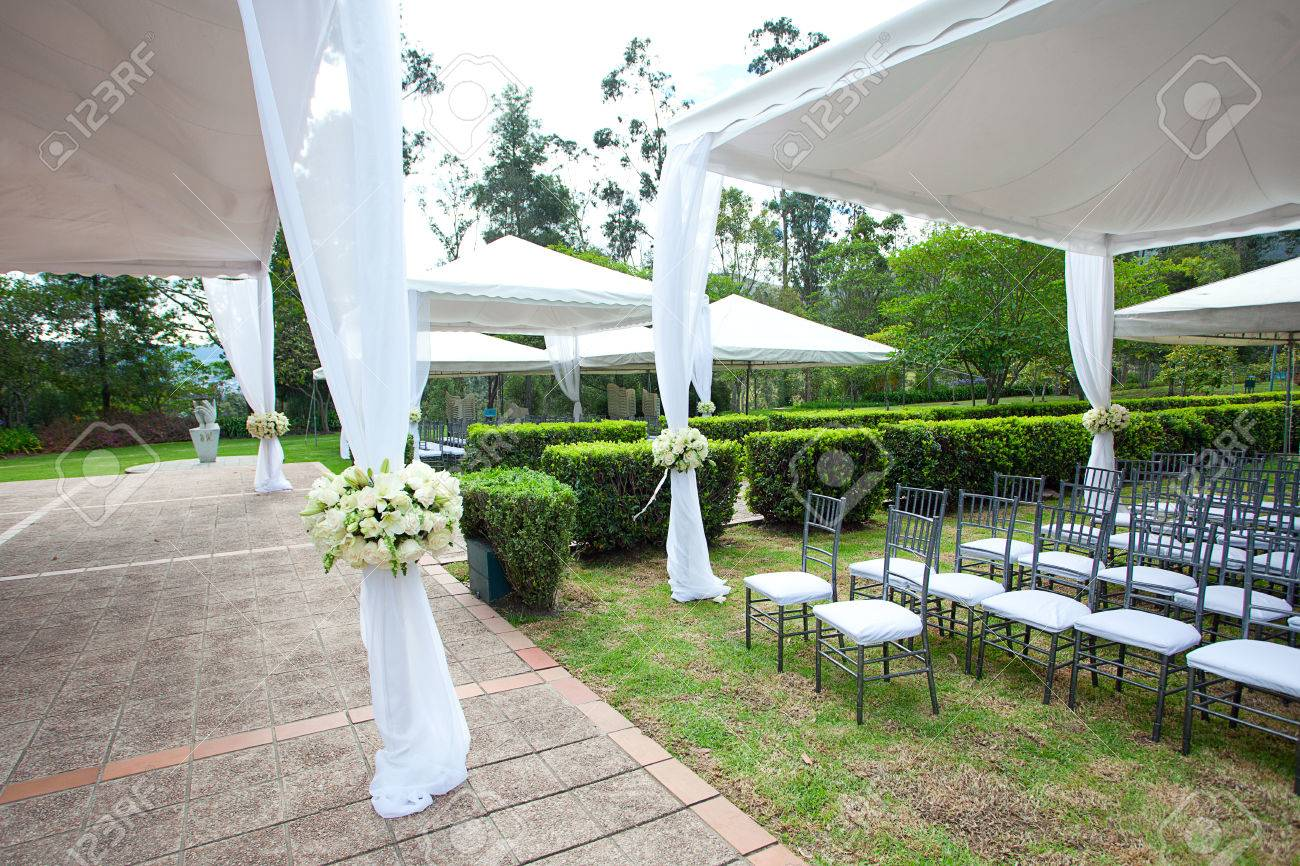 wedding marquee with bouquets of roses - 30322958