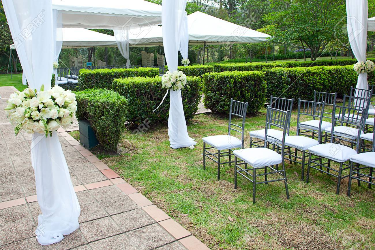 wedding marquee with bouquets of roses - 30323725