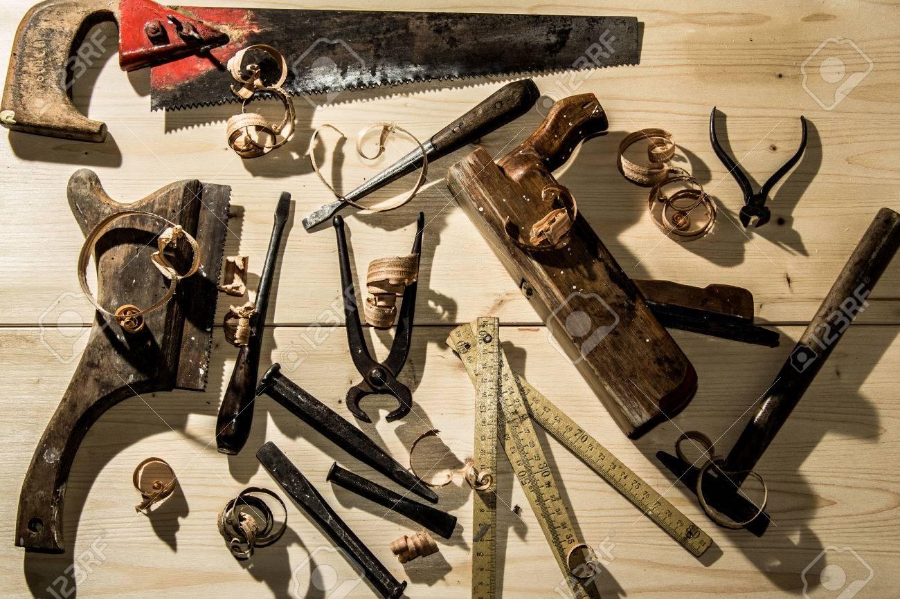 alte holzwerkzeuge: holzhobel, hammer, meißel in einer zimmerei