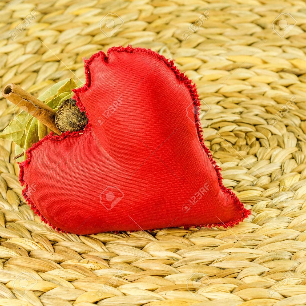 rouge décoration de coeur sur fond faite de feuille de bananier sec