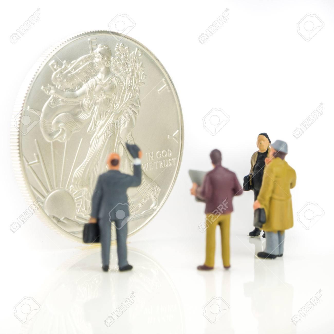 Gruppe Von Geschäftsleuten Miniaturfiguren Stehen Vor Silber