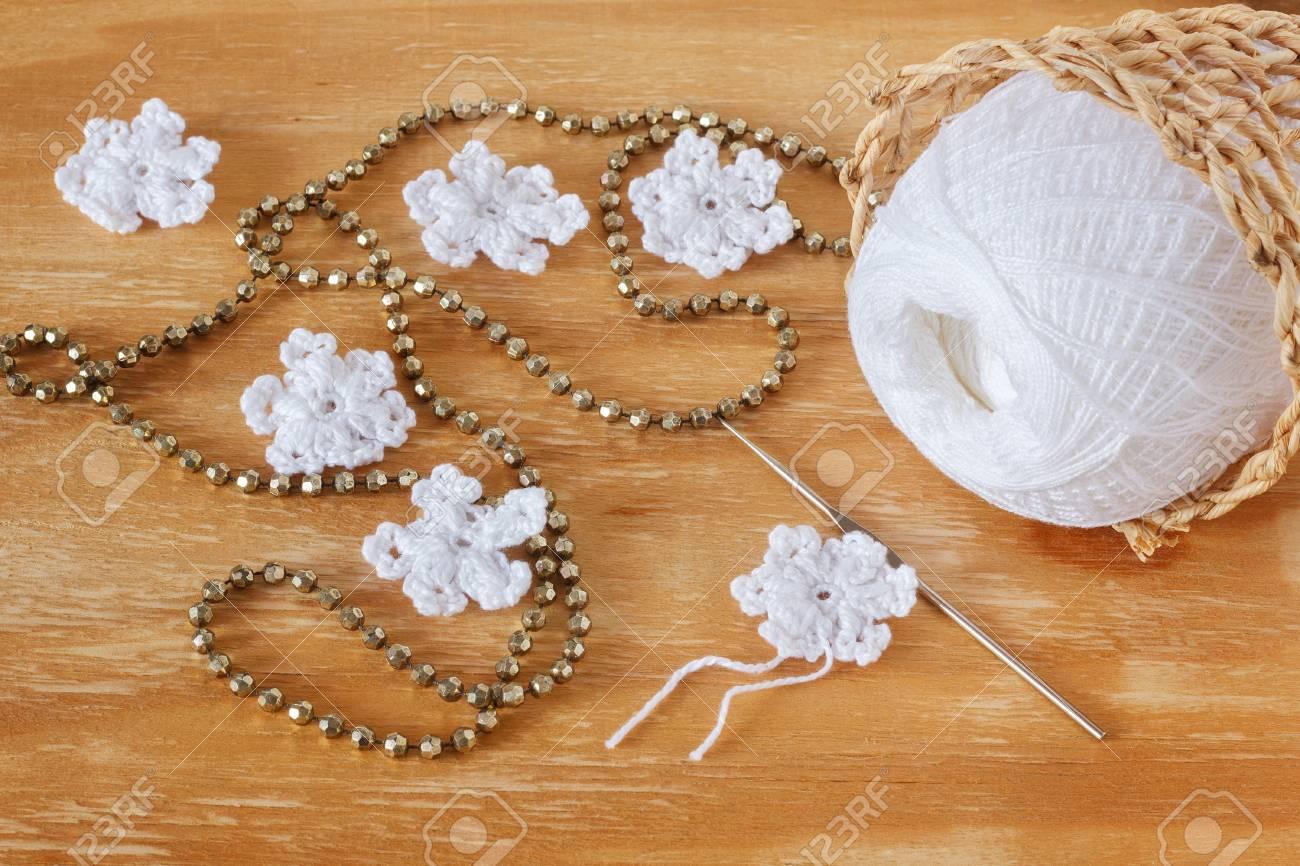 Weiß Häkeln Schneeflocken Für Weihnachten Dekoration Auf Holztisch