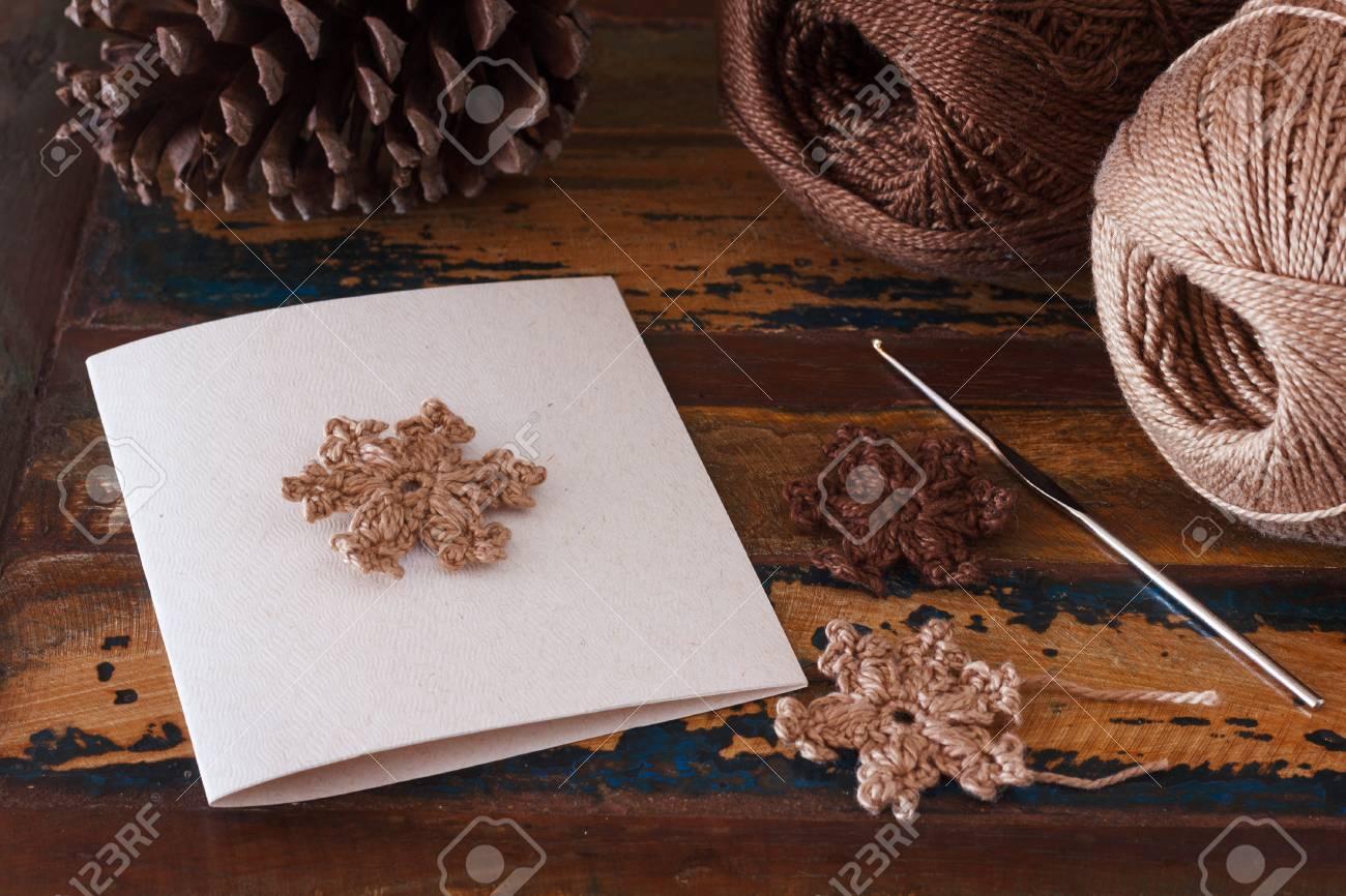 Weihnachten Handgemachte Grußkarte Mit Braunen Häkeln Schneeflocken ...