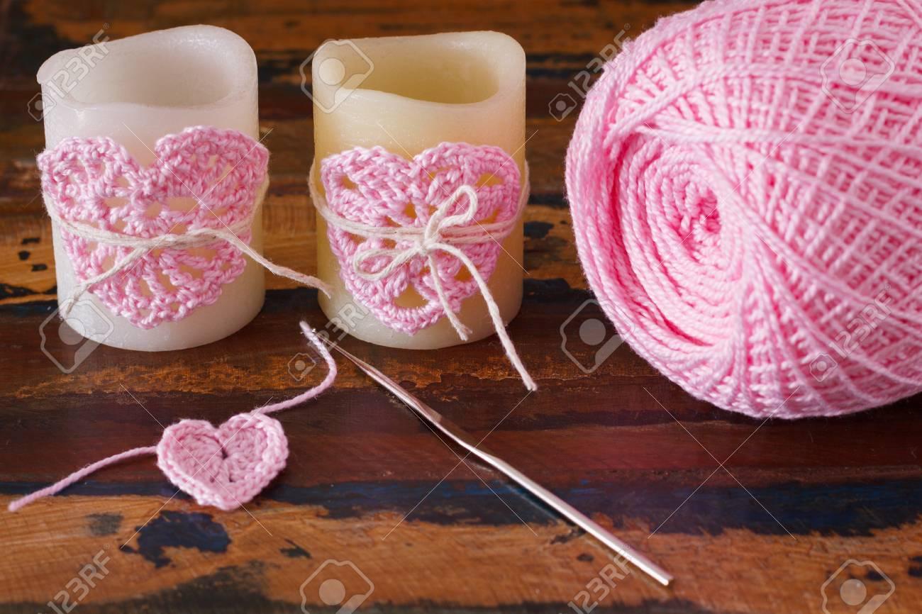 Zwei Kerze Mit Rosa Häkeln Handarbeit Herz Für St. Valentine ...