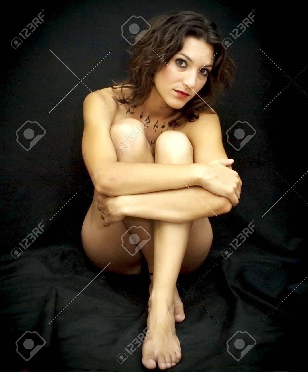 Nackte Frau umarmt