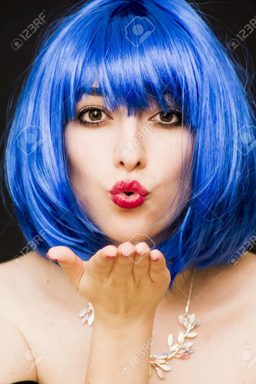 Beauté femme en perruque bleue et des lunettes