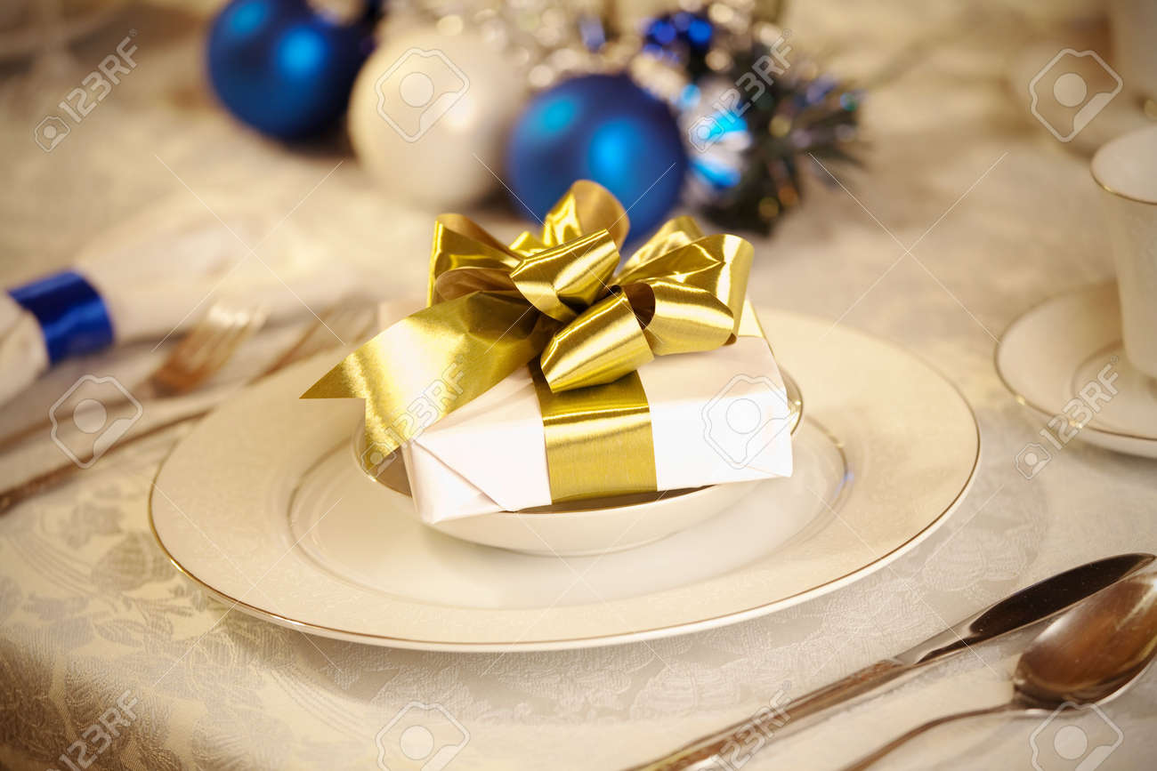 Blue And Gold Table Setting Elegant Blue And White Christmas Table Setting With Gold Ribbon
