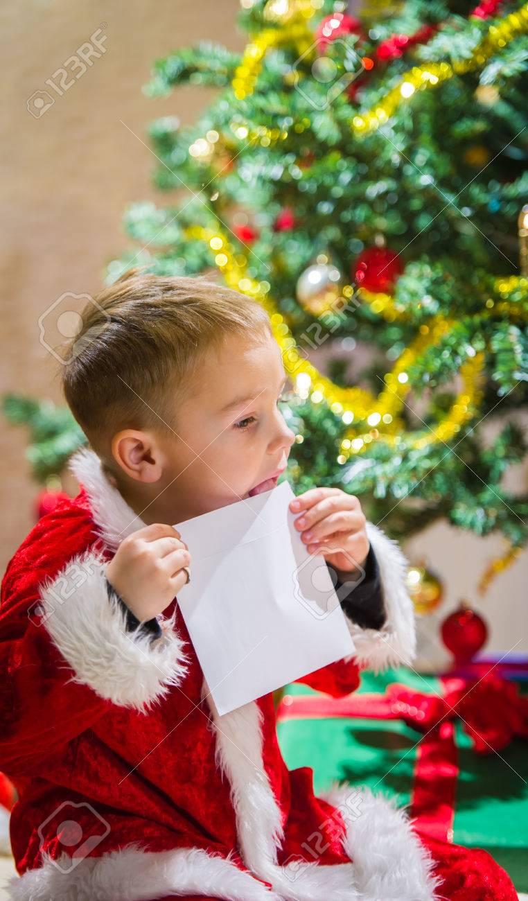 Adorable 5 Jahre Alten Jungen Schließen Einen Brief Für Santa Claus ...