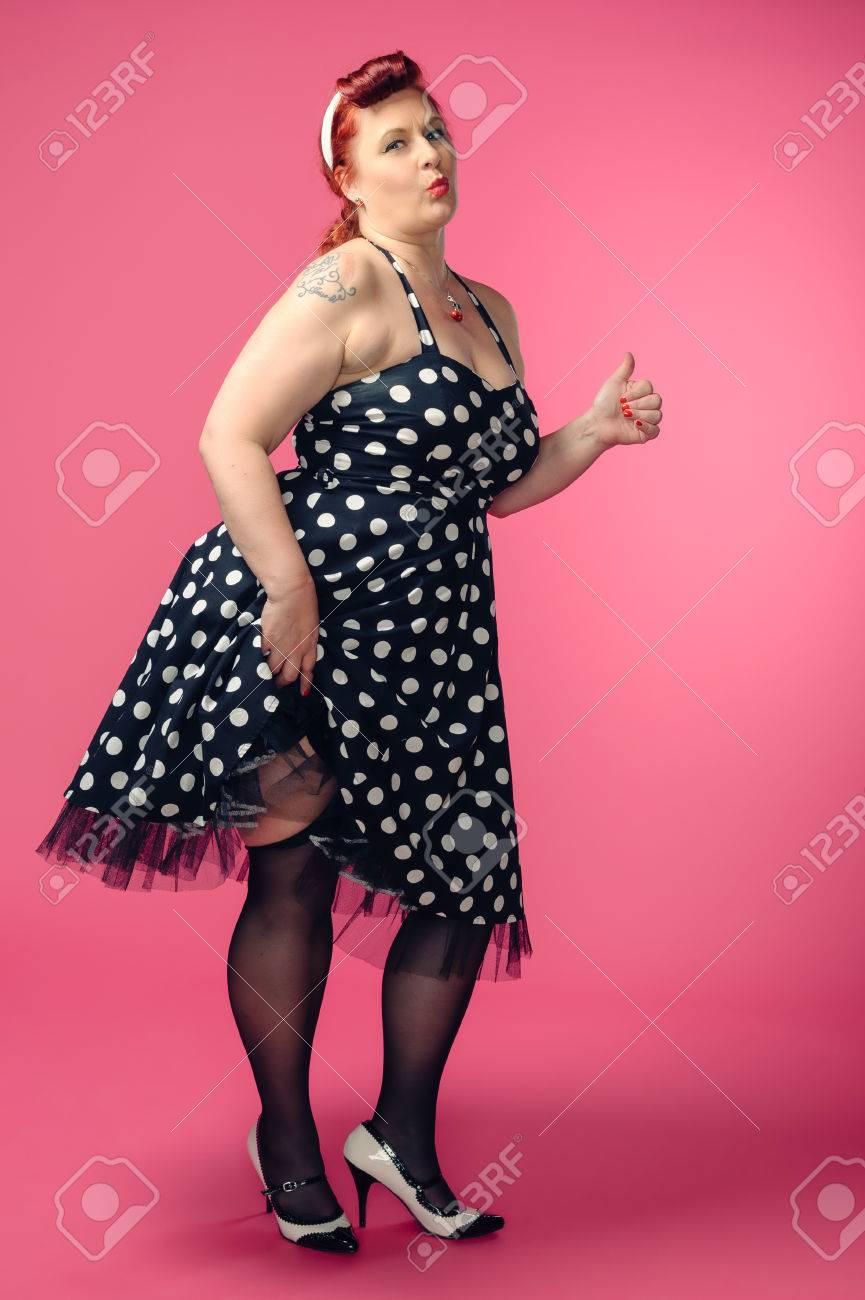 Mujer Madura Pin Up Con Un Vestido Estilo Años 50 Fondo De Color