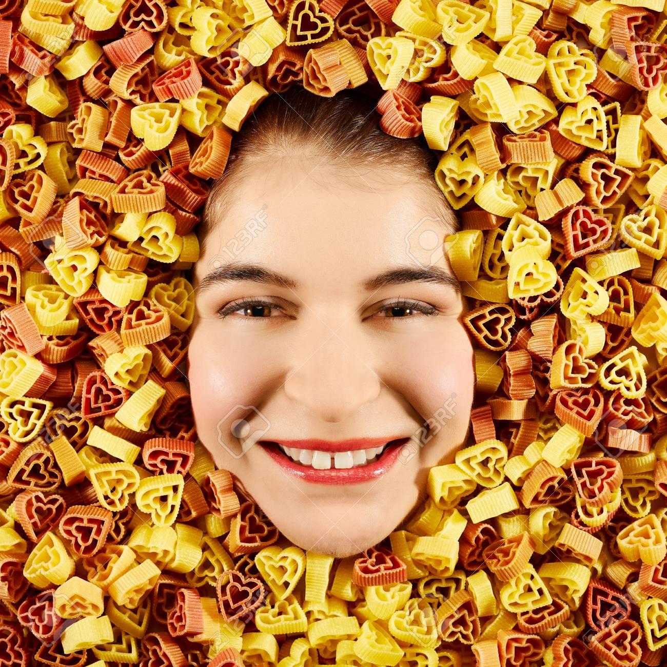Schöne Frau Gesicht Mit Dreifarbigen Nudeln Rahmen Lizenzfreie Fotos ...