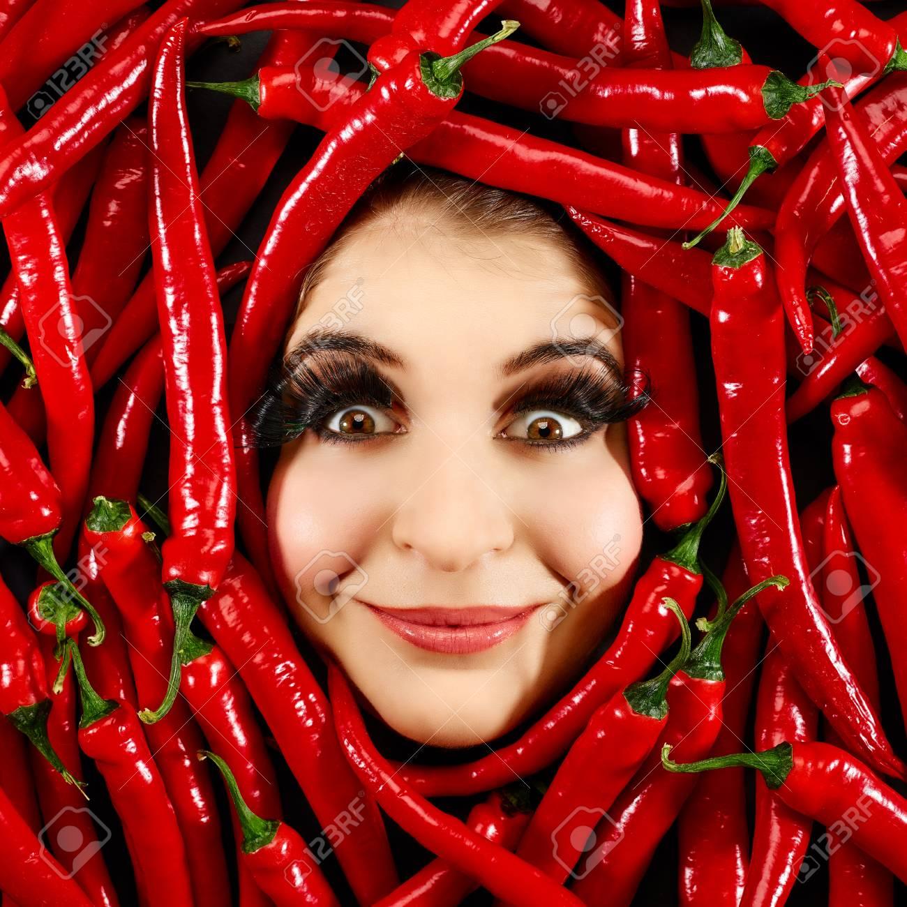 Schöne Frau, Die Ausdruck Gesicht Mit Roten Chili-Pfeffer Rahmen ...