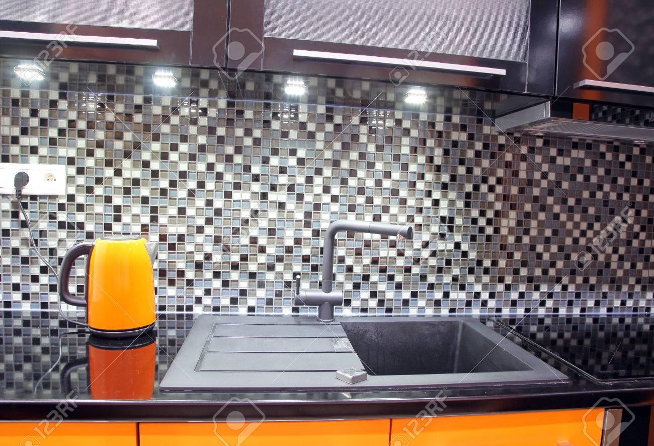 Moderne Zwarte En Oranje Keuken Royalty-Vrije Foto, Plaatjes ...