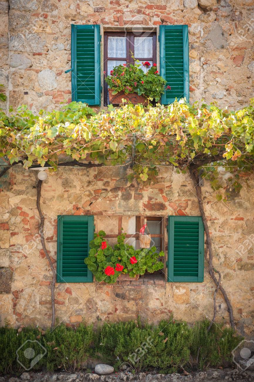 Windows and doors in the Tuscan town - 32780052
