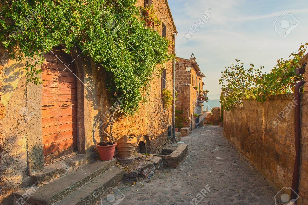Small alley in the Tuscan village - 33385940