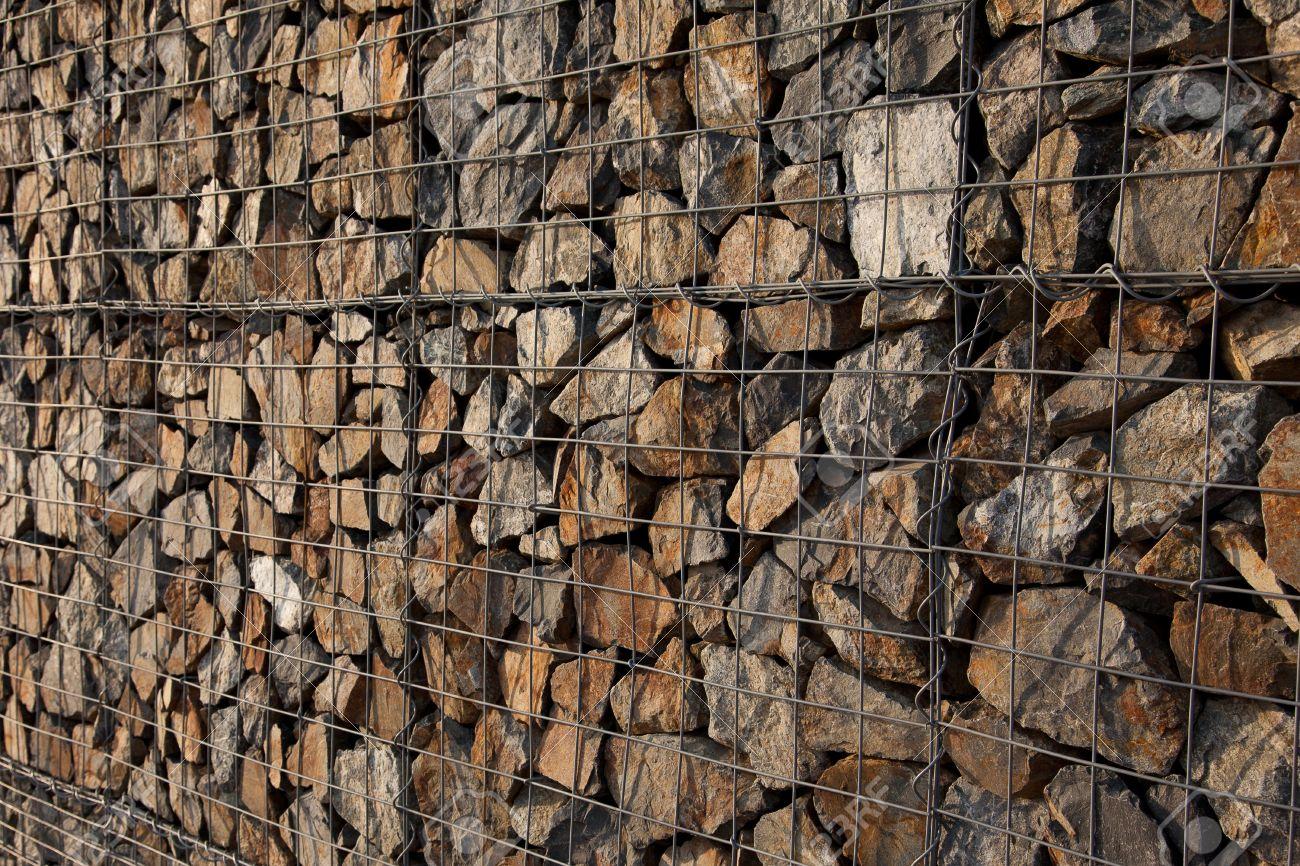 piedras narural en mantener muro de gaviones foto de archivo