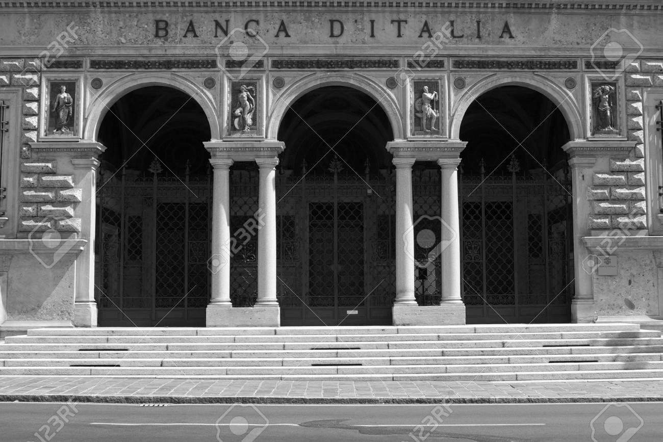 Entrée Noir Et Blanc entrée de la banque d'italie, succursale de bergame - noir et blanc