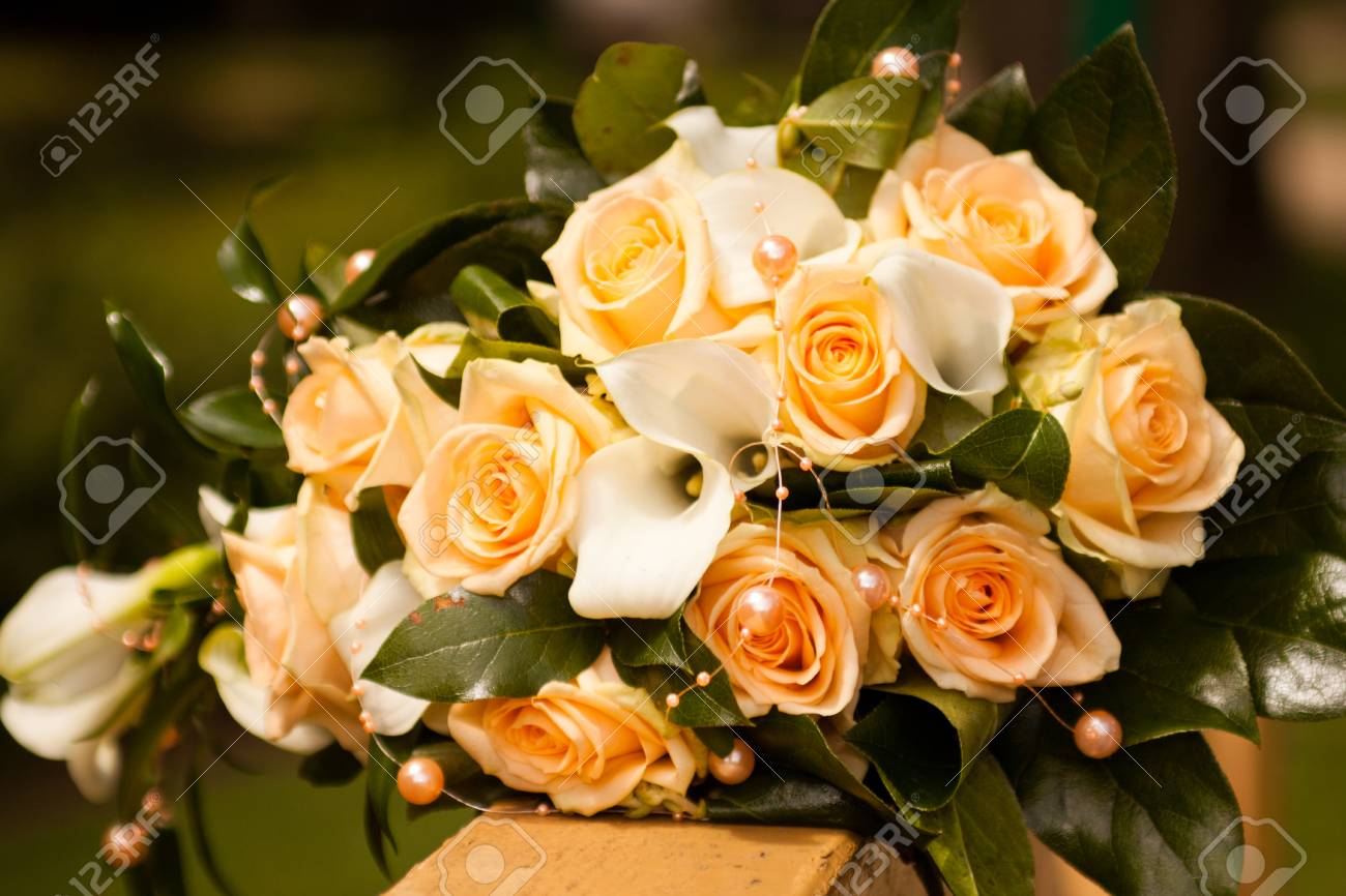 Orange Und Grune Farben Hochzeit Blumen Auf Zaun Lizenzfreie Fotos