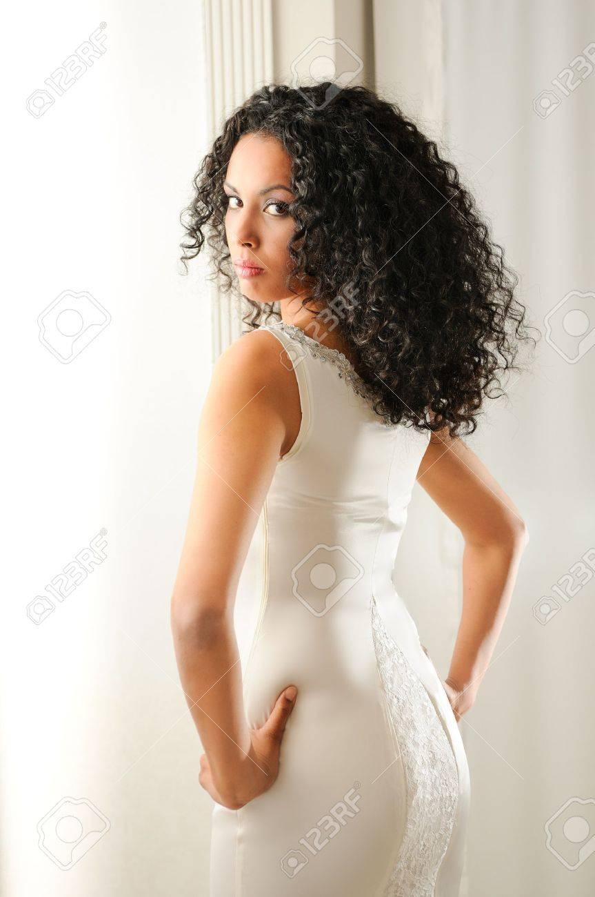 Portrait D'une Jeune Femme Noire, Modèle De Mode Avec La Coiffure ...