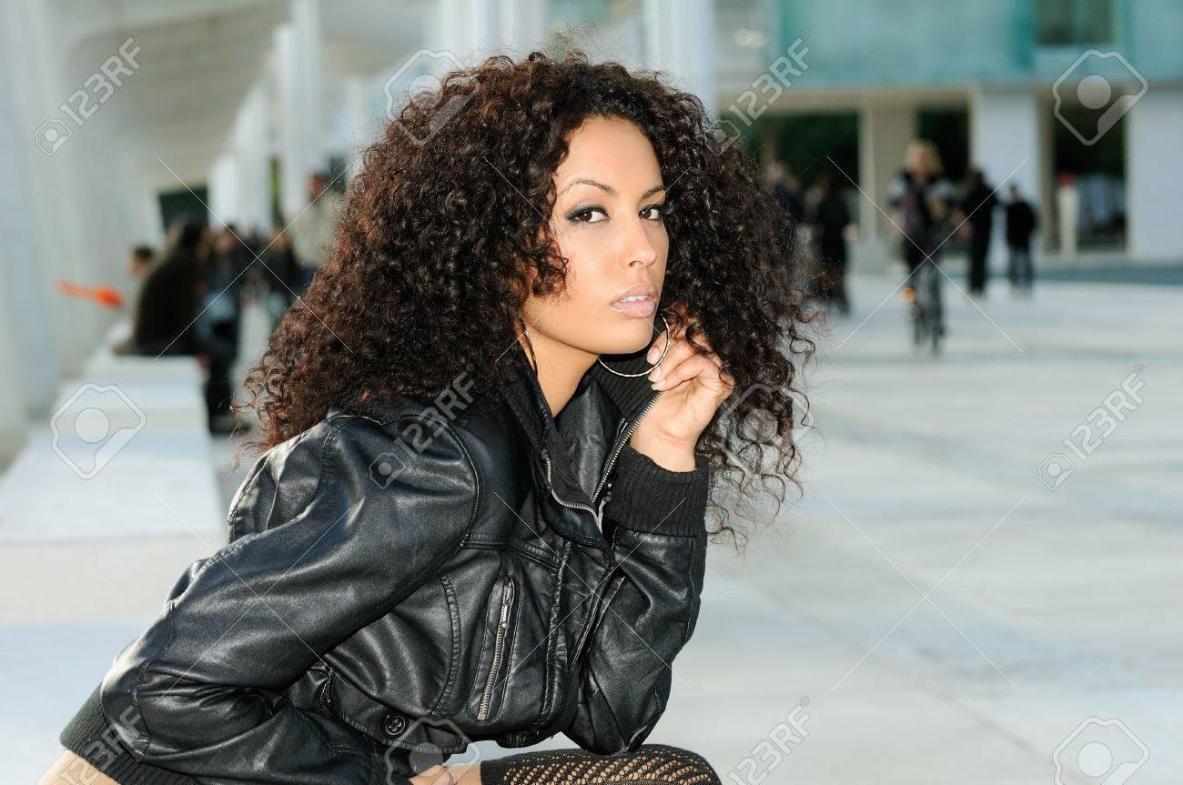 ベンチに座ってのファッションショーで面白いの黒い女性モデル