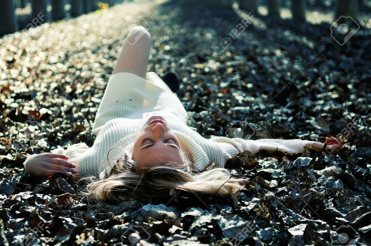 Лежать в листьях фото 758-581