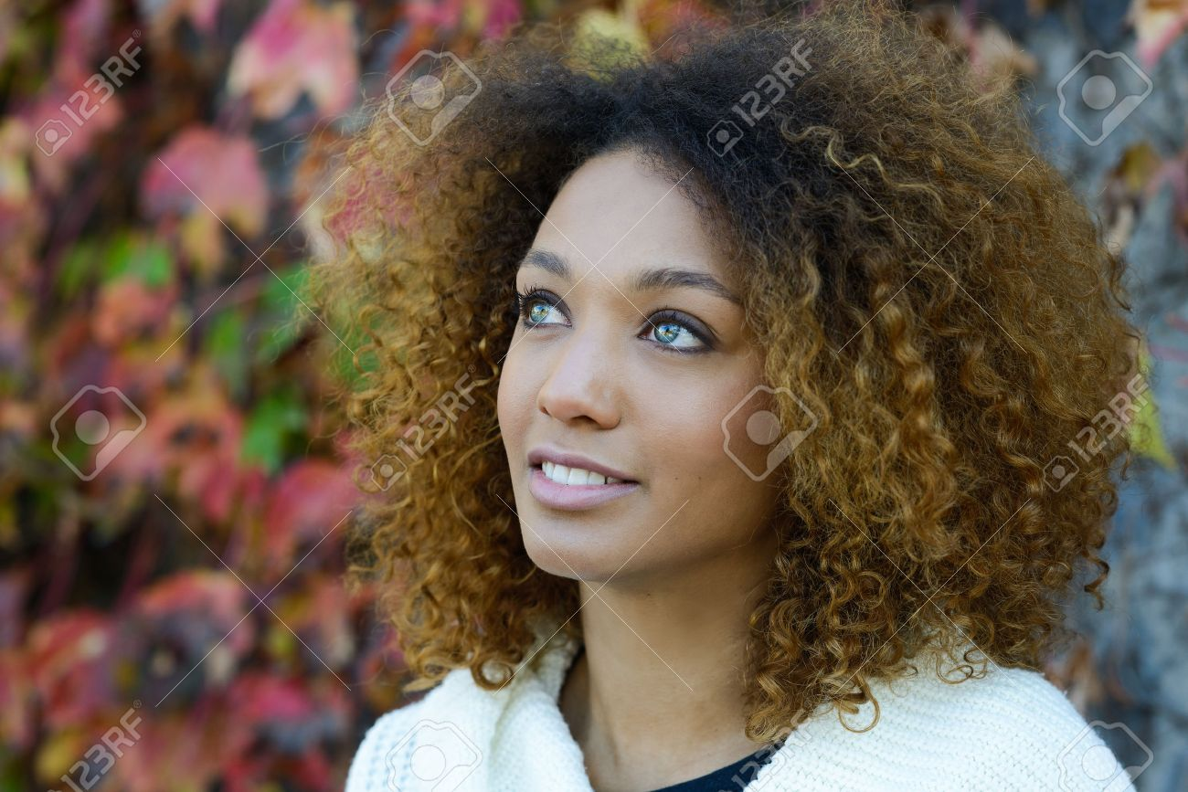 Belle Jeune Femme Afro Americaine Avec Coiffure Afro Et Les Yeux