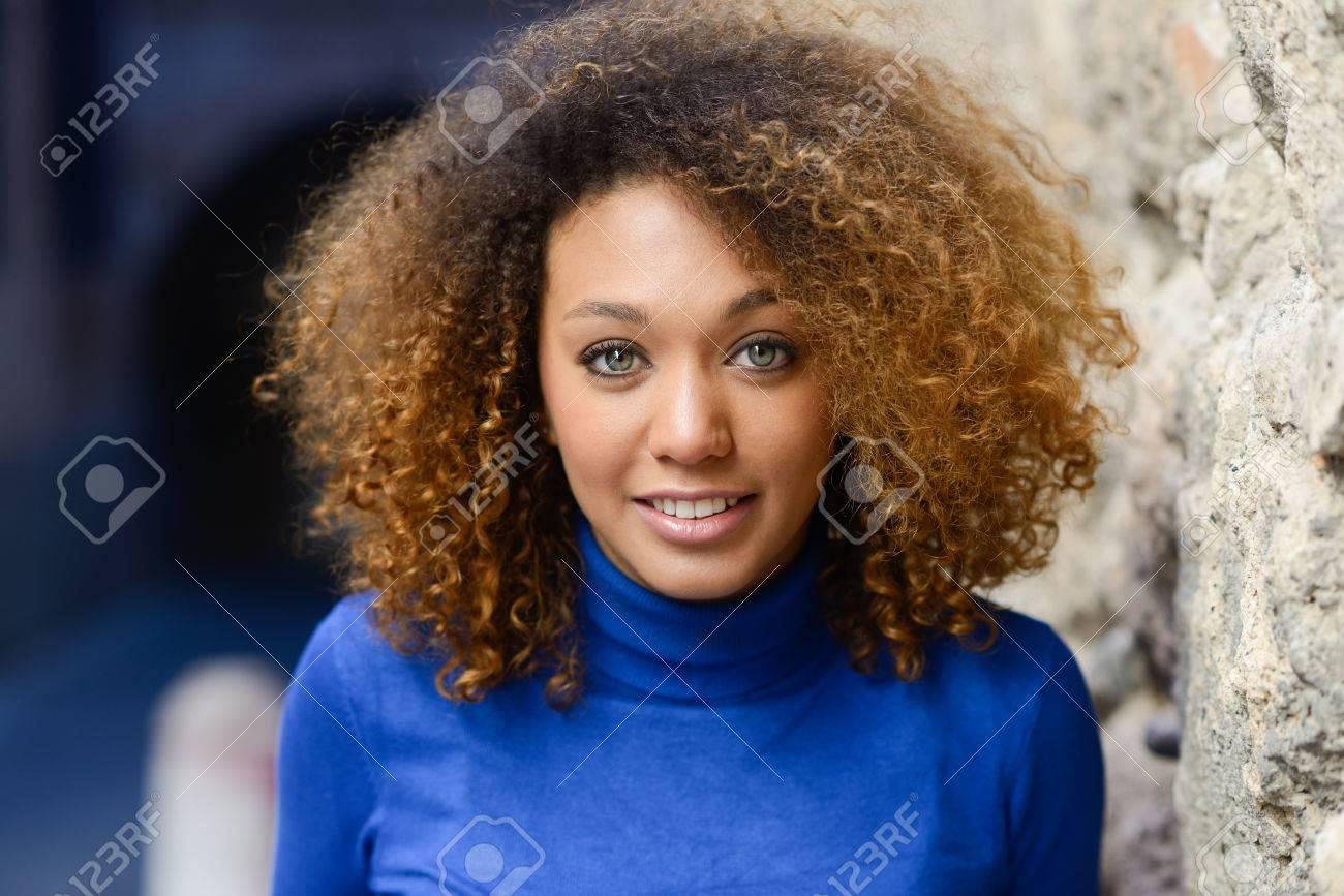 Close Up Portrait De La Belle Jeune Femme Afro Americaine Avec
