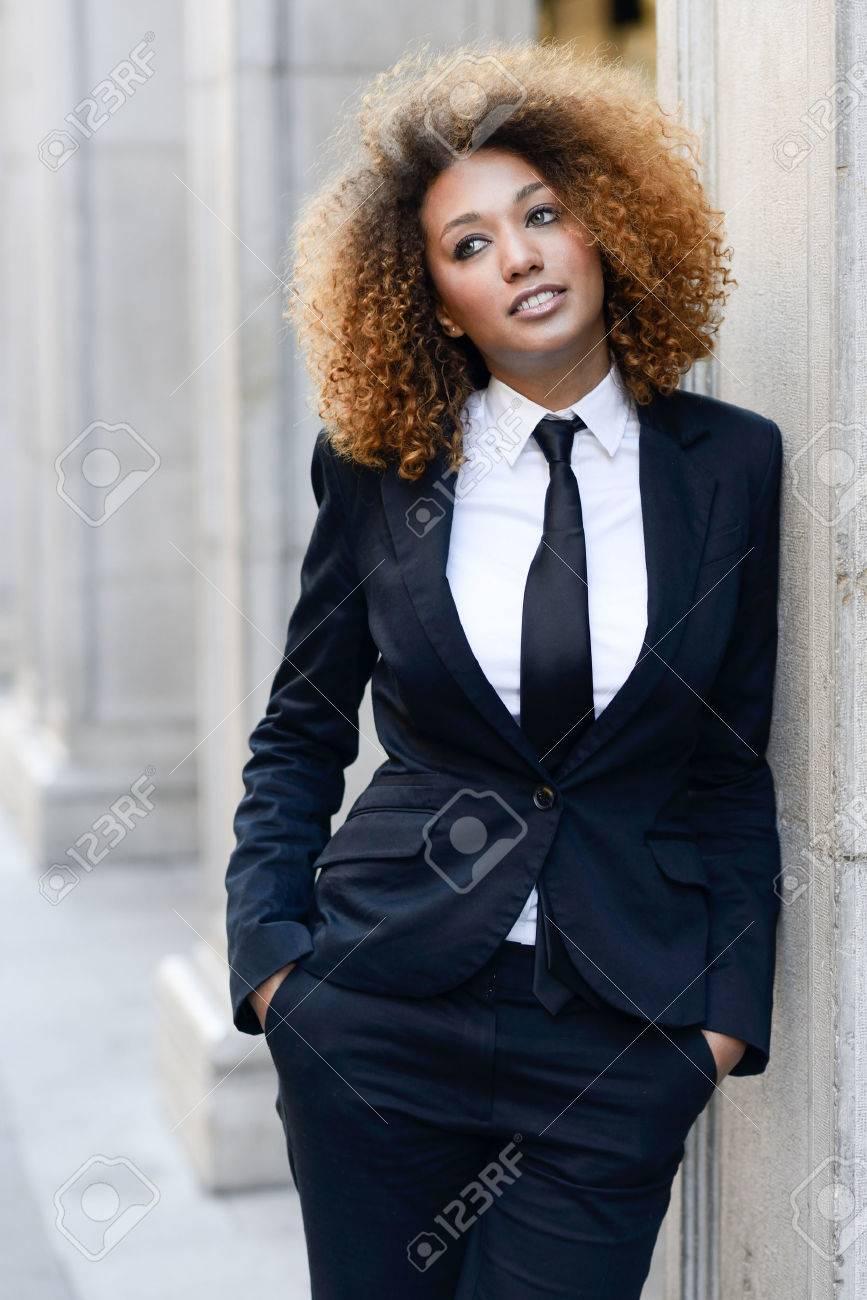 Femme En Cravate portrait de la belle femme d'affaires noir portant costume et